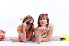 Meilleurs amis de femmes d'été à un arrière-plan blanc. Photo stock