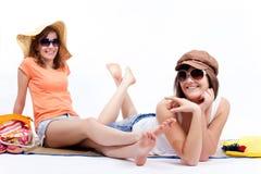 Meilleurs amis de femmes d'été à un arrière-plan blanc. Image libre de droits