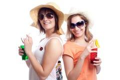 Meilleurs amis de femmes d'été buvant un cocktail dans a Photo libre de droits