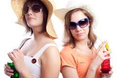 Meilleurs amis de femmes d'été buvant un cocktail dans a Images stock
