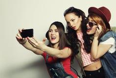 Meilleurs amis de filles de hippie prenant le selfie Photos stock