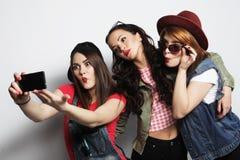 Meilleurs amis de filles de hippie prenant le selfie Photos libres de droits