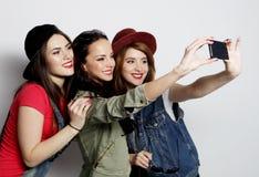 Meilleurs amis de filles de hippie prenant le selfie Photo stock