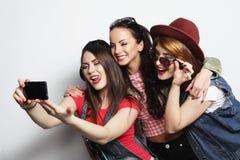 Meilleurs amis de filles de hippie prenant le selfie Image libre de droits