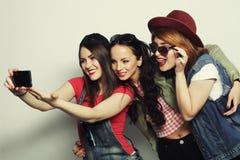 Meilleurs amis de filles de hippie prenant le selfie Image stock