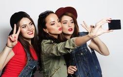 Meilleurs amis de filles de hippie prenant le selfie Photographie stock