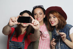 Meilleurs amis de filles de hippie prenant le selfie Images libres de droits