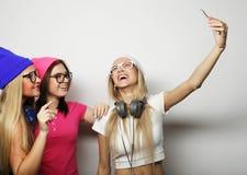 Meilleurs amis de filles de hippie prenant le selfie Photographie stock libre de droits