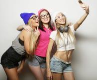 Meilleurs amis de filles de hippie prenant le selfie Images stock
