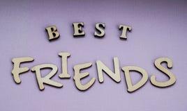 Meilleurs amis de message des blocs en bois sur un fond pourpre de couleur Photographie stock