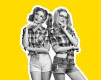 Meilleurs amis de soeurs de jeune femme Magazine de collage Photographie stock libre de droits