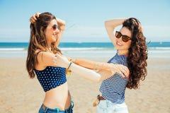 Meilleurs amis drôles sur rire de plage Images libres de droits