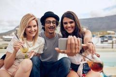 Meilleurs amis en partie capturant le moment sur l'appareil-photo Image libre de droits