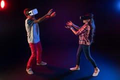 Meilleurs amis espiègles jouant des jeux de VR Images stock