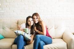 Meilleurs amis féminins à la maison Image stock
