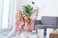 Meilleurs amis féminins passant le temps ensemble Photos stock