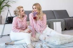 Meilleurs amis féminins passant le temps ensemble Images libres de droits