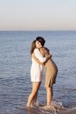 Meilleurs amis féminins sur la plage Image libre de droits