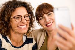 Meilleurs amis faisant un selfie Images stock