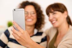 Meilleurs amis faisant un selfie Image stock
