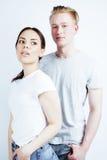 Meilleurs amis fille adolescente et garçon asiatiques ayant ensemble l'amusement, pose émotive sur le fond blanc, sourire heureux Image stock
