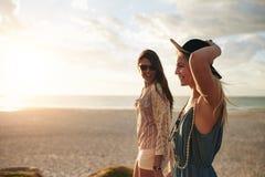 Meilleurs amis flânant le long du littoral un jour ensoleillé Images libres de droits