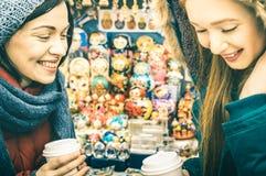 Meilleurs amis heureux d'amies de femmes partageant le temps ensemble au bazar russe Images stock
