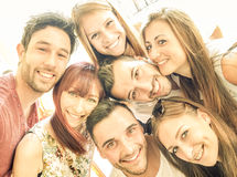 Meilleurs amis heureux prenant le selfie et ayant l'amusement ensemble Photo stock