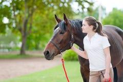 Meilleurs amis Jeune adolescente ainsi que son cheval Images stock