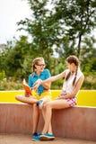Meilleurs amis lisant un livre en parc Photo libre de droits