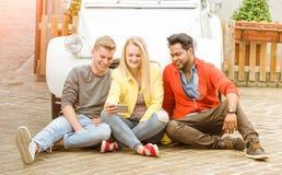 Meilleurs amis multiraciaux heureux ayant l'amusement utilisant le téléphone portable Photos stock