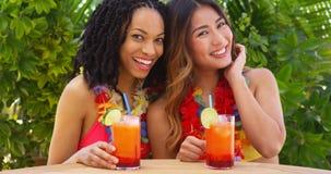 Meilleurs amis noirs et asiatiques appréciant des vacances tropicales ensemble photographie stock