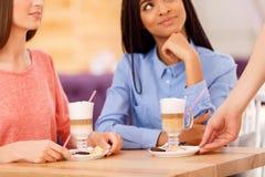 Meilleurs amis parlant dans le café Images stock