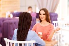 Meilleurs amis parlant dans le café Photos stock