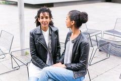 Meilleurs amis parlant et ayant l'amusement en parc Photographie stock