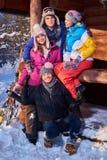 Meilleurs amis passant des vacances d'hiver au cottage de montagne Image libre de droits