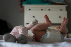 Meilleurs amis : Pieds du ` heureux s de bébé et de jouet Photo libre de droits