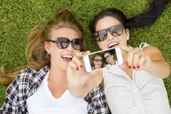 Meilleurs amis prenant des selfies Photographie stock