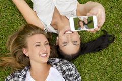 Meilleurs amis prenant des selfies Image stock