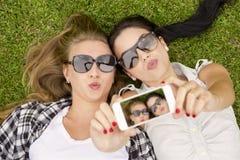 Meilleurs amis prenant des selfies Images stock