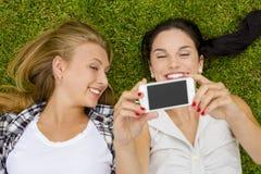 Meilleurs amis prenant des selfies Photo libre de droits