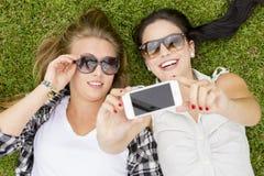 Meilleurs amis prenant des selfies Images libres de droits