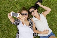Meilleurs amis prenant des selfies Photos stock