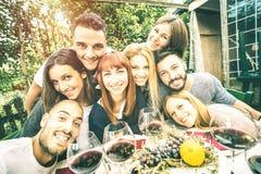 Meilleurs amis prenant le selfie à la partie de déjeuner avec les visages sereins Photographie stock
