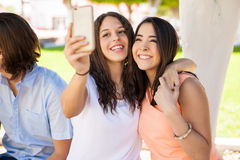 Meilleurs amis prenant le selfie Images stock