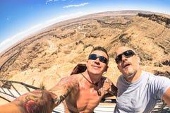 Meilleurs amis prenant le selfie au canyon de rivière de poissons - Namibie Photographie stock libre de droits