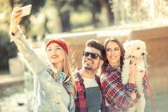 Meilleurs amis prenant le selfie dehors Image libre de droits