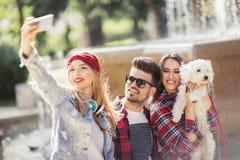 Meilleurs amis prenant le selfie dehors Images libres de droits
