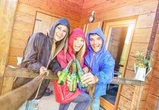 Meilleurs amis prenant le selfie incliné à la maison de pavillon de camping Photographie stock libre de droits
