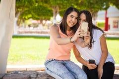 Meilleurs amis prenant un selfie Photos libres de droits